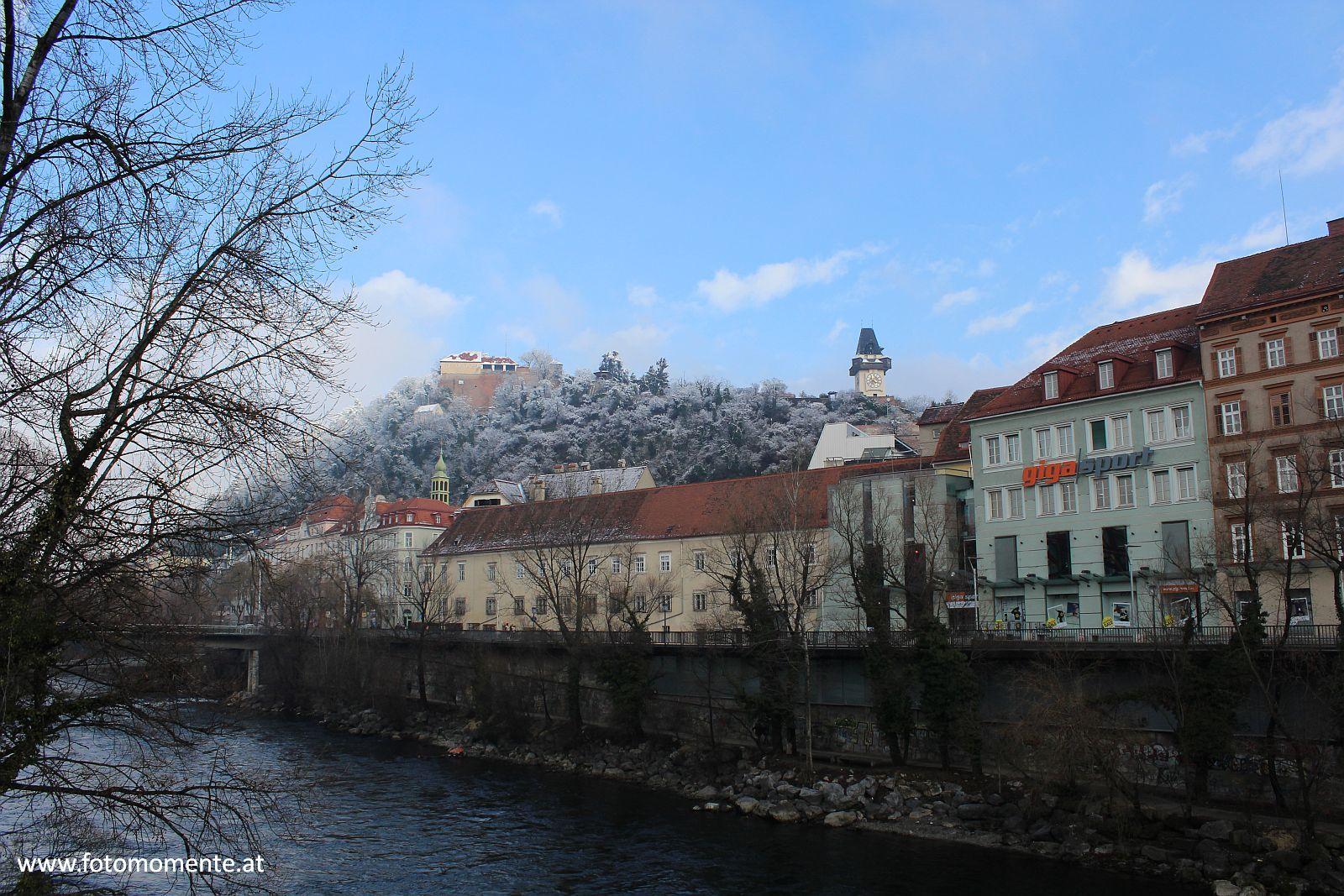 stallbastei uhrturm schlossberg graz hauptbrücke - Stallbastei und Uhrturm am Schlossberg in Graz gesehen von der Hauptbrücke