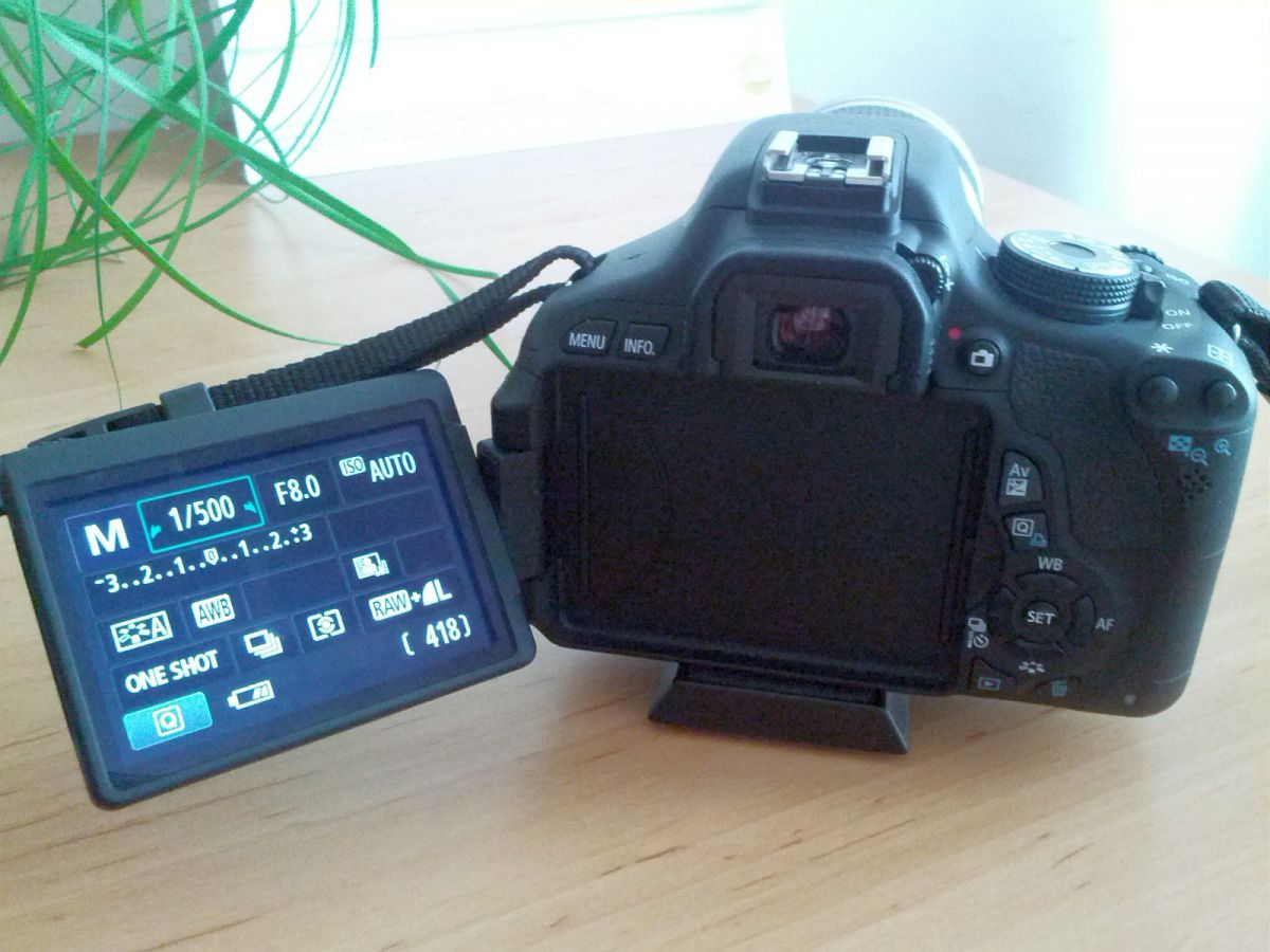 Canon 600D mit ausgeklappten Display